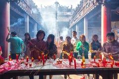 Dentro de la pagoda quemada velas del incienso Foto de archivo