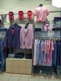 Dentro de la tienda de la ropa de los hombres Peplos en Cheliábinsk foto de archivo