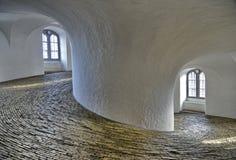Dentro de la torre redonda Copenhague fotos de archivo