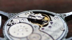 Dentro de mecanismo del reloj en un fondo de madera elegante almacen de video