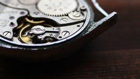 Dentro de mecanismo del reloj en un fondo de madera elegante almacen de metraje de vídeo