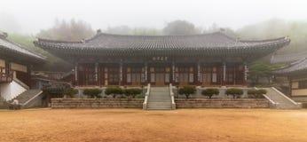 Dentro de panorama del templo budista coreano Daeseongam, gran ermita del santo, cerca de Beomeosa en un día de niebla Localizado fotos de archivo libres de regalías