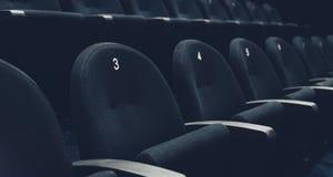 Dentro de teatro de película del auditorio con los asientos y los números foto de archivo libre de regalías