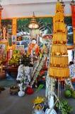 Dentro de Ubosot en el templo de Wat Don Moon para la gente tailandesa que ruega Foto de archivo libre de regalías