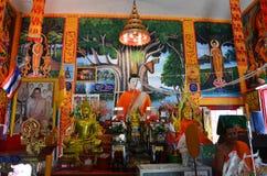 Dentro de Ubosot en el templo de Wat Don Moon para la gente tailandesa que ruega Fotos de archivo libres de regalías