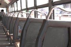 Dentro de um ônibus do comum barato enchido fotos de stock