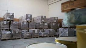 Dentro de um armazém de armazenamento Mover-se da câmera filme