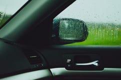 Dentro de um carro durante a chuva Fotos de Stock
