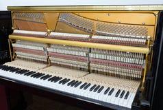Dentro de um piano imagens de stock