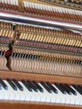 Dentro de um piano com poucos martelo e cordas Imagem de Stock