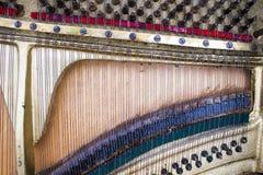 Dentro de um piano velho Fotos de Stock Royalty Free