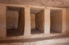 Dentro de um túmulo de Nabatean no local arqueológico de Madaîn Saleh, Saud Imagem de Stock