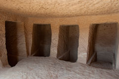Dentro de um túmulo de Nabatean no local arqueológico de Madaîn Saleh, Saud Foto de Stock