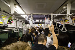 Dentro de um trem local na estação de Shinjuku, Tóquio, Japão, 25-09-2014 Imagem de Stock Royalty Free