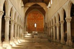 Dentro de uma basílica com o assoalho de mosaico romano imagem de stock