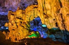 Dentro de uma caverna colorida na baía longa/Vietname do Ha fotografia de stock