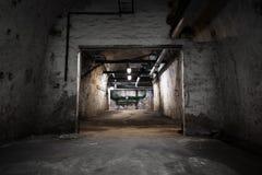 Dentro de uma construção industrial velha, porão Fotos de Stock