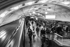 Dentro de uma estação de metro da biblioteca de Lenin em horas de ponta em Moscou Imagem de Stock Royalty Free