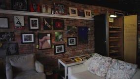 Dentro de uma galeria de arte video estoque