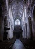 Dentro de uma igreja velha assustador fotografia de stock