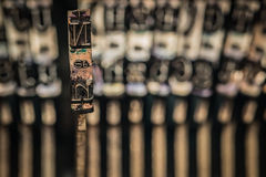 Dentro de uma máquina de escrever, detalhes de tipo martelos Fotos de Stock Royalty Free