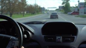 Dentro de un coche Un módulo de GPS está apagado almacen de metraje de vídeo