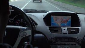 Dentro de un coche Un módulo de GPS está prendido almacen de metraje de vídeo