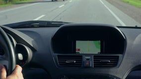 Dentro de un coche Un módulo de GPS está prendido metrajes