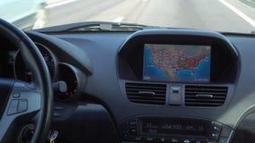 Dentro de un coche Un módulo de GPS está prendido almacen de video