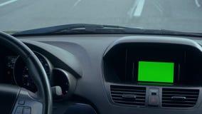 Dentro de un coche Un módulo de GPS está prendido Pantalla verde almacen de video