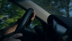 Dentro de un coche Manos del ` un s del hombre en el volante almacen de metraje de vídeo