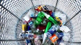 Dentro de un compartimiento de basura en la playa