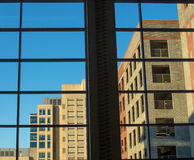 Dentro de un edificio que mira hacia fuera Fotografía de archivo