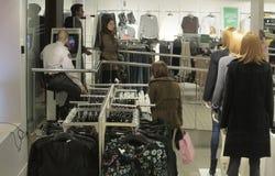 Dentro de un mainstore con ventas y el guardia de seguridad antes de la campaña de la Navidad Fotografía de archivo