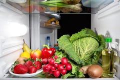 Dentro de un refrigerador por completo de frutas y verduras Foto de archivo libre de regalías