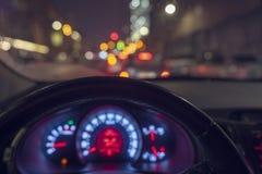 Dentro de un taxi que conduce a trav?s de la ciudad en la noche fotos de archivo libres de regalías