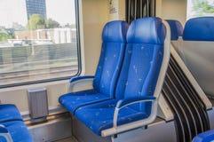 Dentro de un tren del NS en Hoofddorp los Países Bajos imagen de archivo