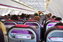 Dentro de un WizzAir plano Imagenes de archivo