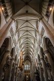 Dentro de una catedral fotos de archivo