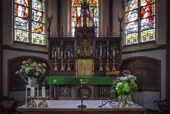 Dentro de una catedral de la iglesia católica fotos de archivo
