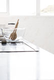 Dentro de una cocina blanca con un cuenco en el fondo Foto de archivo libre de regalías