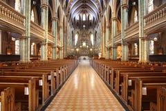 Dentro de una iglesia con los bancos y de una CRO (coordinadora) grandes, modernas Foto de archivo