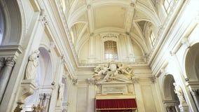 Dentro de una iglesia grande, hermosa con los arcos y de estatuas cerca de las paredes ligeras, concepto de la religión existenci foto de archivo libre de regalías