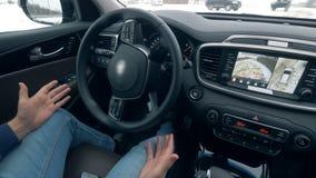 Dentro de vista de un coche que consigue maniobrado automáticamente almacen de metraje de vídeo