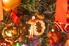 Dentro del árbol de navidad imagenes de archivo