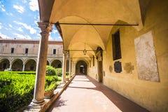 Dentro del claustro de la basílica di San Domingo en Bolonia Fotos de archivo libres de regalías