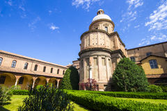 Dentro del claustro de la basílica di San Domingo en Bolonia Foto de archivo
