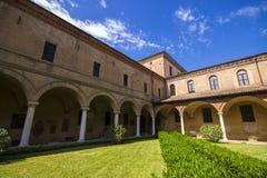 Dentro del claustro de la basílica di San Domingo en Bolonia Imagen de archivo libre de regalías
