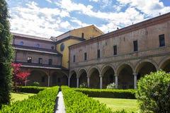 Dentro del claustro de la basílica di San Domingo en Bolonia Foto de archivo libre de regalías