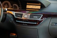Dentro del coche dentro de un primer de un sistema de multimedias con la exhibición encendido en el panel de control central con  imagenes de archivo